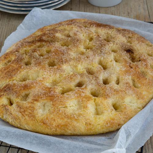 Saftiger Butterkuchen vom Blech mit Hefeteig wie von Oma. Nach diesem Kuchen werdet ihr süchtig. Versprochen! Küchentraum & Purzelbaum   #hefeteig   #backen   #butterkuchen