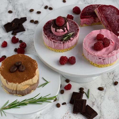 Eistörtchen mit Biskuitboden, Himbeeren, Schokolade und Whipped Coffee. Und das ganz ohne Eismaschine. Das Eis ist mit Sahne und gezuckerter Kondensmilch ganz einfach herzustellen. Küchentraum & Purzelbaum | #eis | #eistörtchen