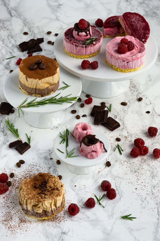 Eistörtchen mit Biskuitboden, Himbeeren, Schokolade und Whipped Coffee. Und das ganz ohne Eismaschine. Das Eis ist mit Sahne und gezuckerter Kondensmilch ganz einfach herzustellen. Küchentraum & Purzelbaum   #eis   #eistörtchen