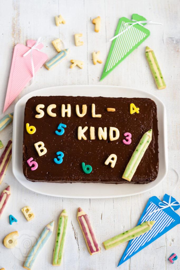 Ihr sucht noch einen leckeren Kuchen zu Einschulung? Dann ist der Tafelkuchen genau das richtige. Mit dem Rezept für diesen tollen Rührkuchen könnt ihr nichts falsch machen. Er ist schnell gebacken und dekoriert und macht bei der Einschulungsparty eine gute Figur. Küchentraum & Purzelbaum | #rührteig | #backen | #einschulung