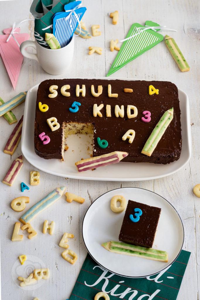 Ihr sucht noch einen leckeren Kuchen zu Einschulung? Dann ist der Tafelkuchen genau das richtige. Mit dem Rezept für diesen tollen Rührkuchen könnt ihr nichts falsch machen. Er ist schnell gebacken und dekoriert und macht bei der Einschulungsparty eine gute Figur. Küchentraum & Purzelbaum   #rührteig   #backen   #einschulung