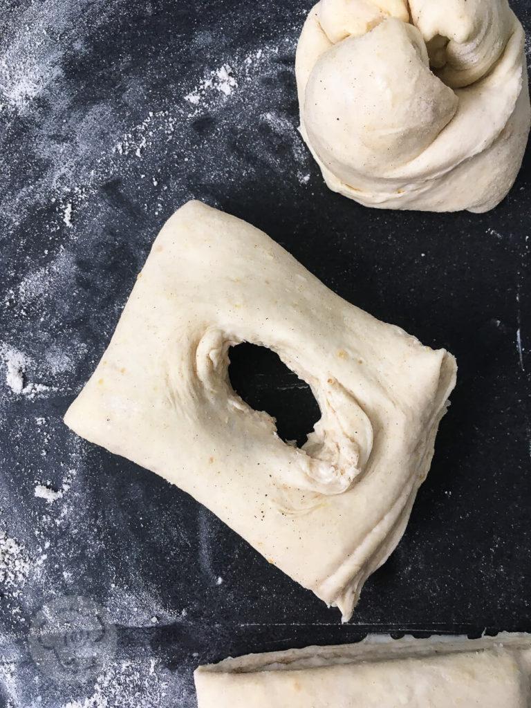 Kennt ihr Berliner Splitterbrötchen? Das sind leckere blättrige Brötchen mit Zucker. Sie sind typisch für die Berliner Küche. Ihr könnt sie an ihrer zerklüfteten Oberfläche erkennen. Küchentraum & Purzelbaum | #brötchen | #blätterteig | #backen