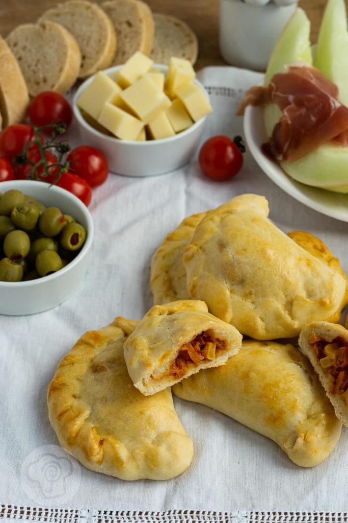 Diese vegetarischen Empanadas oder Empanadillas sind ein leckeres und einfaches Fingerfood. Dieser Snack macht sich auf gut auf dem Tapas Buffet. Küchentraum & Purzelbaum   #tapas   #empanadas   #vegetarisch