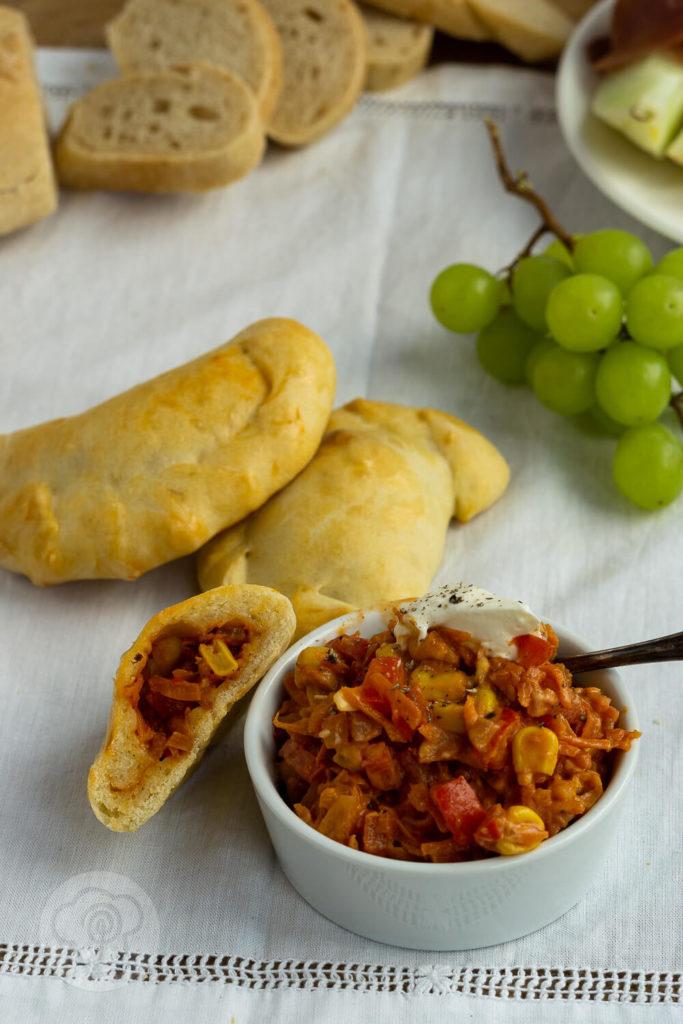 Diese vegetarischen Empanadas oder Empanadillas sind ein leckeres und einfaches Fingerfood. Dieser Snack macht sich auf gut auf dem Tapas Buffet. Küchentraum & Purzelbaum | #tapas | #empanadas | #vegetarisch