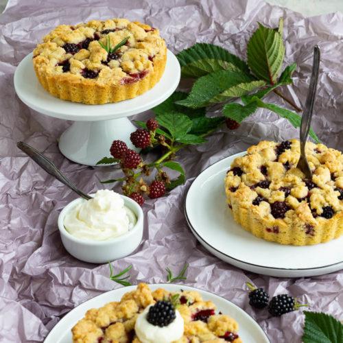 Kleine Brombeer-Streusel-Kuchen mit Rosmarin. Die kleinen Kuchen sind super schnell gemacht und schmecken mit frischen oder tiefgefrorenen Beeren. Ein Genuss für alle, die Beeren lieben. Passt zu jeder Kaffeetafel. Küchentraum & Purzelbaum   #backen   #brombeeren   #streusel
