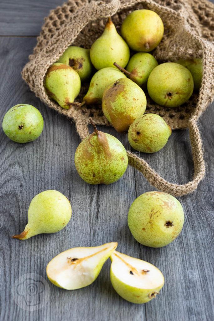 Einfache und saftige Birnenmuffins mit Streuseln. Die leckeren Muffins schmecken wunderbar herbstlich und sind eine gute Alternative zu Äpfeln. Küchentraum & Purzelbaum | #muffins | #backen | #birnen