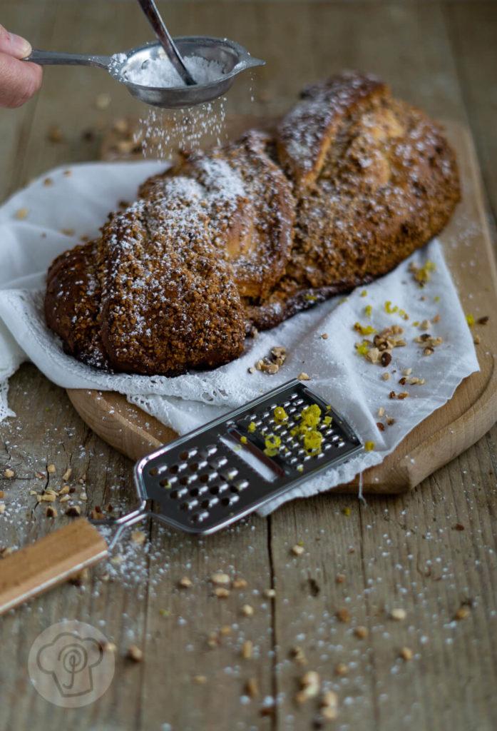 Saftiger Nusszopf mit Hefeteig. Probiert diesen und andere Klassiker der deutschen Küche unbedingt mal aus. Mit diesem hausgemachten Nusszopf könnt ihr bei jeder Kaffeetafel punkten. Küchentraum & Purzelbaum   #klassiker   #hefeteig   #backen
