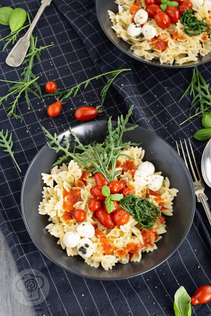 Diese schnelle und leckere Pasta Bowl mit Tomaten, Mozzarella und Rucola müsst ihr unbedingt probieren. Sie erfüllt fast alle Vorgaben des Clean Eating. Küchentraum & Purzelbaum   #pasta   #bowl   #nudeln