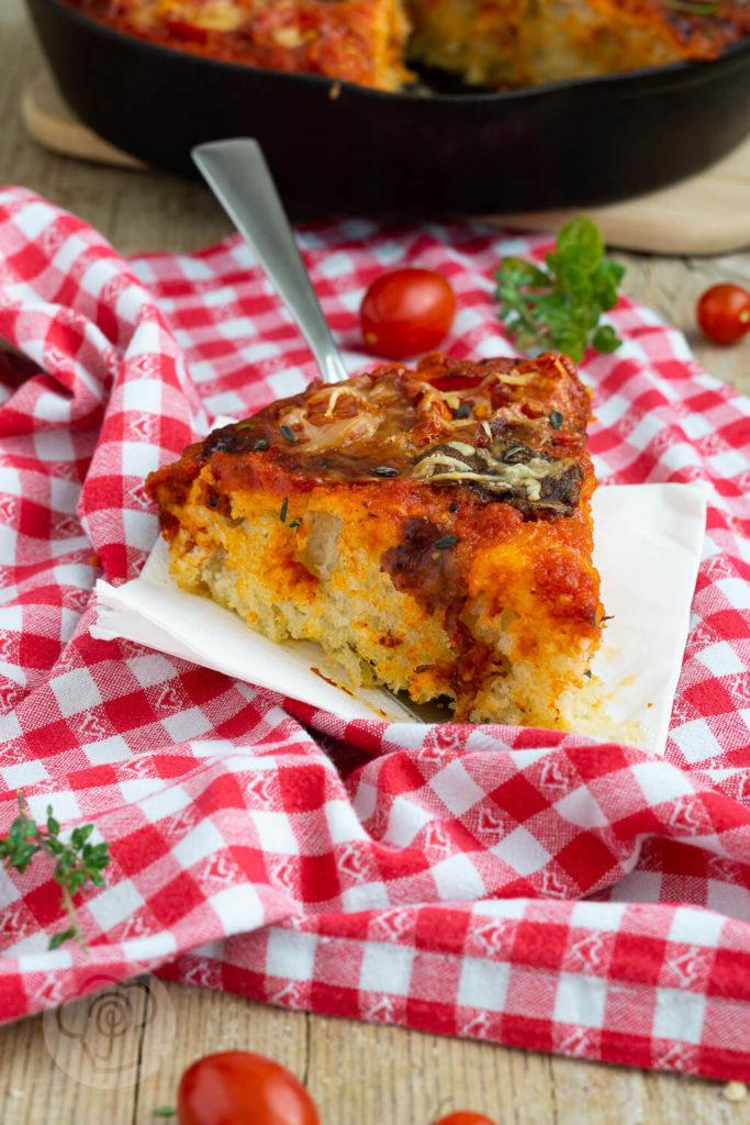 Rezept für eine leckere Pfannenpizza. Sie besteht aus Knusprigem Boden, luftigem Teig und eurem Lieblingsbelag. Die Pan Pizza wird in einer gusseisernen Pfanne gebacken. Küchentraum & Purzelbaum | #panpizza | #pizza | #pfannenpizza | #hefeteig