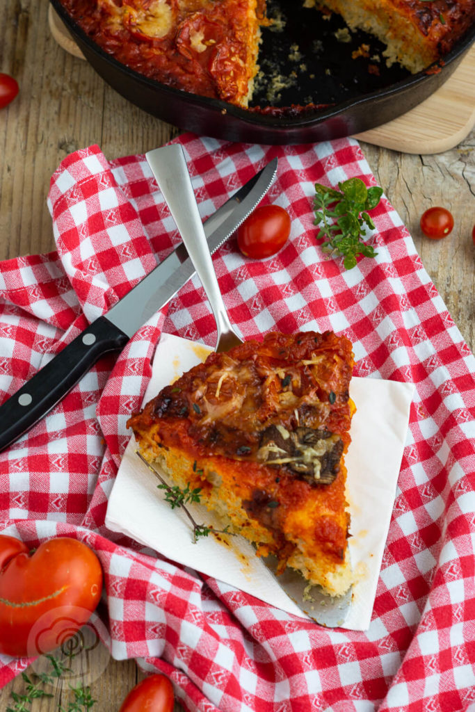 Rezept für eine leckere Pfannenpizza. Sie besteht aus Knusprigem Boden, luftigem Teig und eurem Lieblingsbelag. Die Pan Pizza wird in einer gusseisernen Pfanne gebacken. Küchentraum & Purzelbaum   #panpizza   #pizza   #pfannenpizza   #hefeteig
