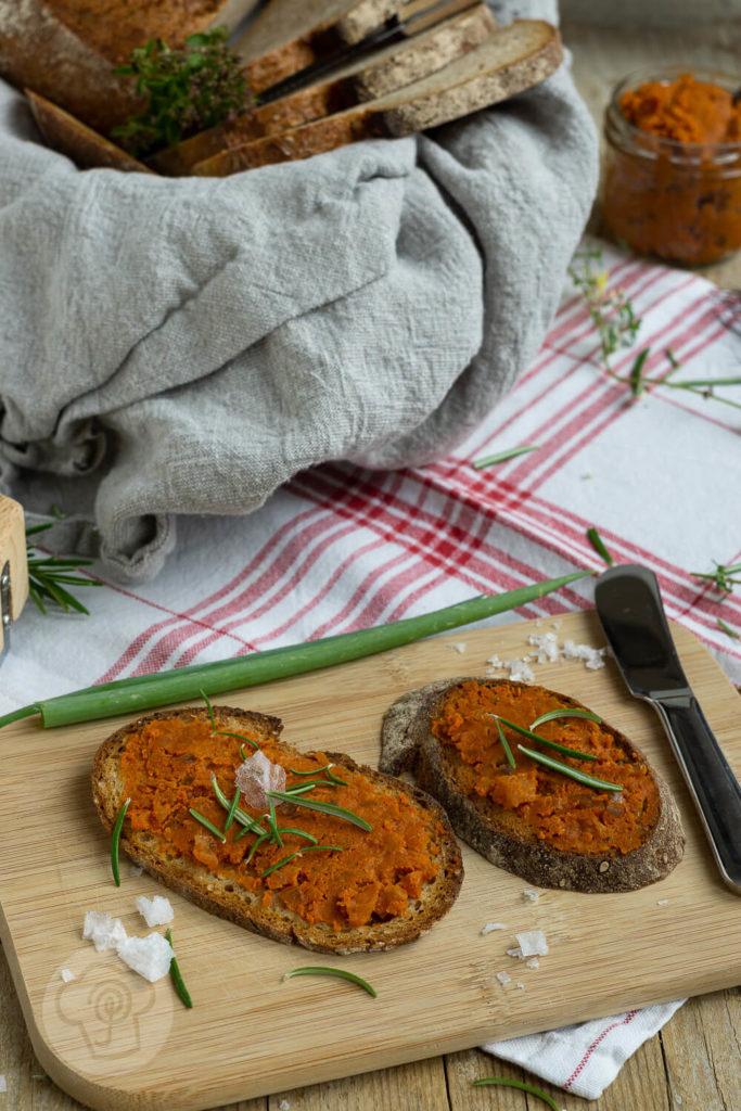 Was ergibt Zwiebeln plus Tomaten plus Knoblauch plus Pizzagewürz? Einen unglaublich leckeren Aufstrich. Die Pizzabutter passt zu fast allen Brotsorten, eignet sich als Soße zu Nudeln und schmeckt unfassbar lecker. Küchentraum & Purzelbaum   #pizza   #aufstrich