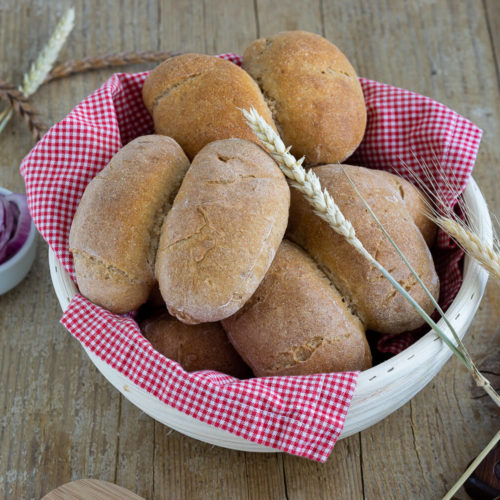 Die Röggelchen sind eine Spezialität aus der rheinischen Küche. Probiert doch einfach mal die leckeren Brötchen mit Sauerteig. Sie sind fester Bestandteil des Halven Hahn. Küchentraum & Purzelbaum | #backen | #brötchen
