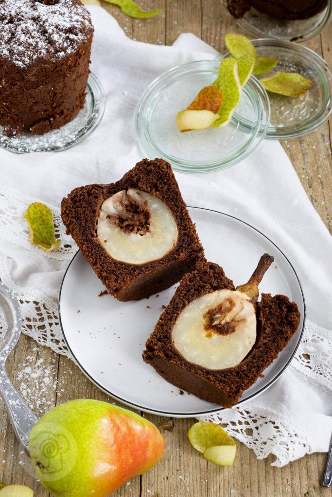 Saftiger Schoko Birnenkuchen im Glas. Schaut euch unbedingt das Rezept für diesen leckeren Kuchen an. Er ist ideal, wenn ihr mal schnell einen Kuchen braucht. Küchentraum & Purzelbaum | #birnen | #kuchen | #schokolade