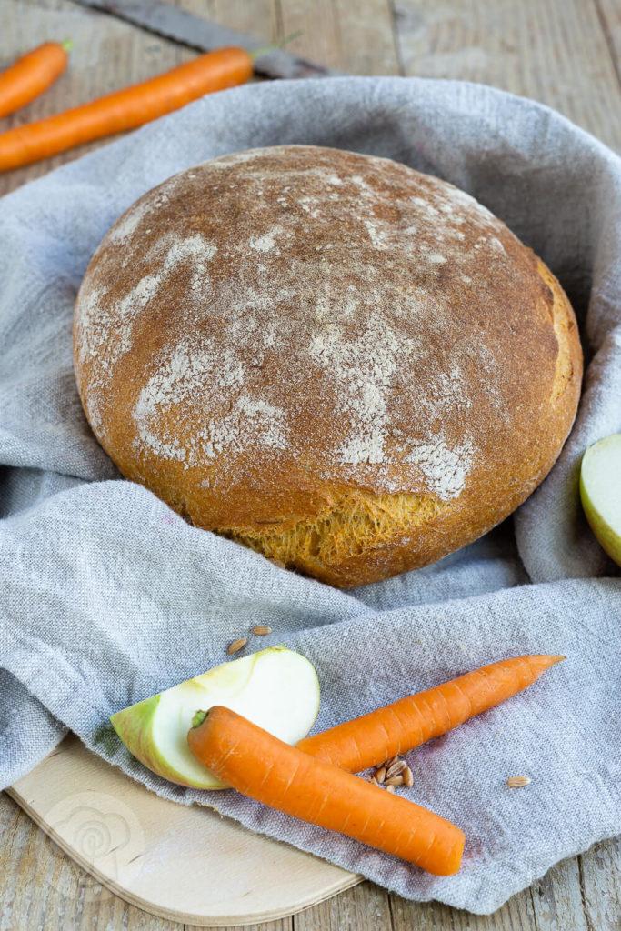 Wohin mit dem Trester beim Entsaften? Warum nicht einfach mal ein leckeres, saftiges Brot damit backen? Probiert es aus und lasst euch überraschen. Küchentraum & Purzelbaum | #brot | #trester | #backen