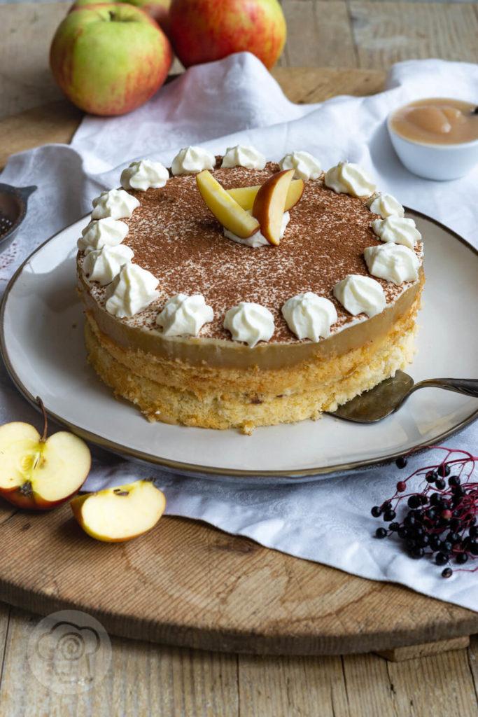 Rezept Apfelmustorte mit Pudding - Leckere Apfelmustorte mit Pudding, Sahne und Kakaopulver. Schmeckt fruchtig frisch im Sommer, aber auch in der Weihnachtszeit mit winterlichen Gewürzen wie Zimt oder Lebkuchengewürz perfekt für die Kaffeetafel. Küchentraum & Purzelbaum | #apfelmus | #kuchen | #backen | #torte