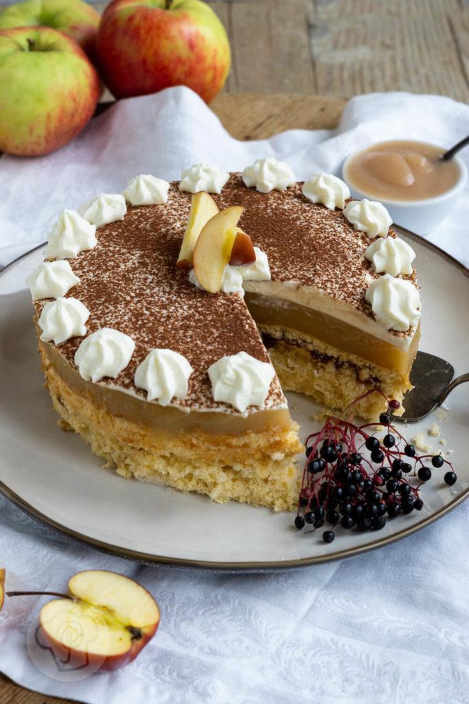 Rezept Apfelmustorte mit Pudding - Leckere Apfelmustorte mit Pudding, Sahne und Kakaopulver. Schmeckt fruchtig frisch im Sommer, aber auch in der Weihnachtszeit mit winterlichen Gewürzen wie Zimt oder Lebkuchengewürz perfekt für die Kaffeetafel. Küchentraum & Purzelbaum   #apfelmus   #kuchen   #backen   #torte