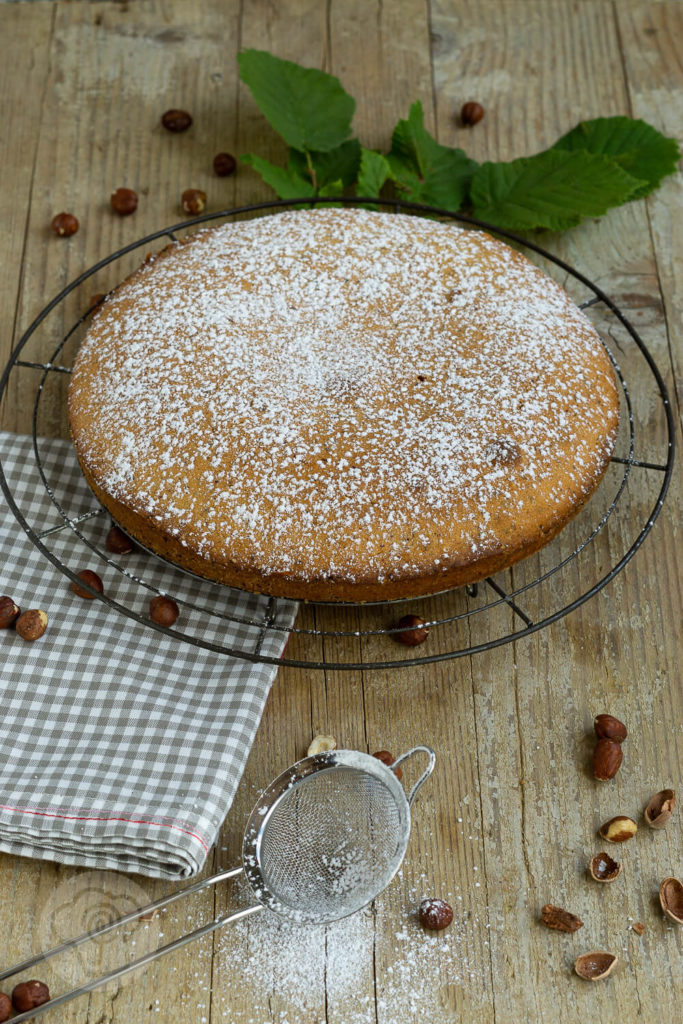 Backen mit heimischem Superfood. Dieser einfache Nusskuchen schmeckt der ganzen Familie, nicht nur im Herbst. Ein Muss für alle die Nüsse mögen. Küchentraum & Purzelbaum | #backen | #kuchen | #nusskuchen | #superfood
