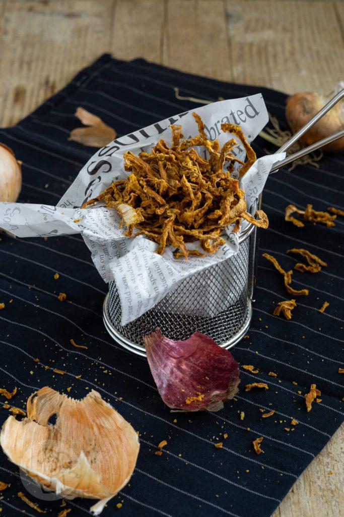 Röstzwiebeln selber machen geht ganz einfach in der Heißluftfritteuse. Sie schmecken nicht nur besser als die gekauften, sie sind auch gesünder. Mit den Zwiebeln könnt ihr viele Gerichte verfeinern. Küchentraum & Purzelbaum   #röstzwiebeln   #heißluftfritteuse   #zwiebeln