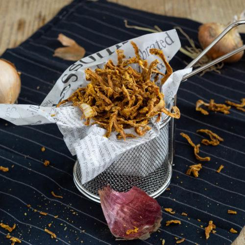 Röstzwiebeln selber machen geht ganz einfach in der Heißluftfritteuse. Sie schmecken nicht nur besser als die gekauften, sie sind auch gesünder. Mit den Zwiebeln könnt ihr viele Gerichte verfeinern. Küchentraum & Purzelbaum | #röstzwiebeln | #heißluftfritteuse | #zwiebeln