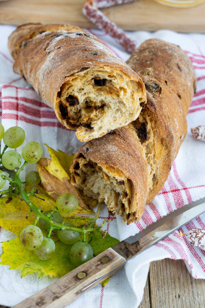 Rezept für ein herzhaftes Zwiebelbrot mit Röstzwiebeln. Ihr könnt das Zwiebelbrot als Baguette oder - so wie ich - als Wurzelbrot bzw. Zwirbel formen. Das Brot passt hervorragend als Beilage zum Grillen oder als Brot zu einer leckeren Brotzeit. Aber natürlich auch zu einer deftigen Wurst und zu einem leckeren Wein. Küchentraum & Purzelbaum | #brot | #zwiebel | #wurzelbrot | #baguette