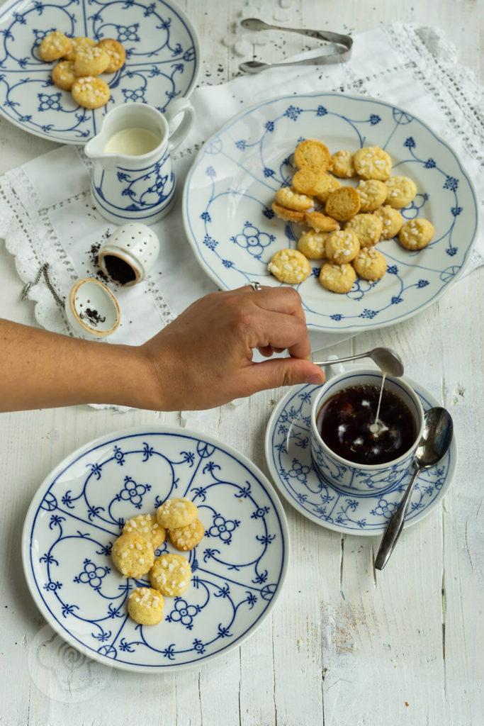 Friesenkekse auf blau weißen Teller mit Teetasse
