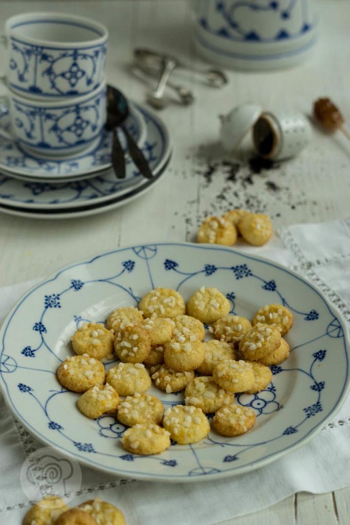 Friesenkekse auf blau-weißem Teller