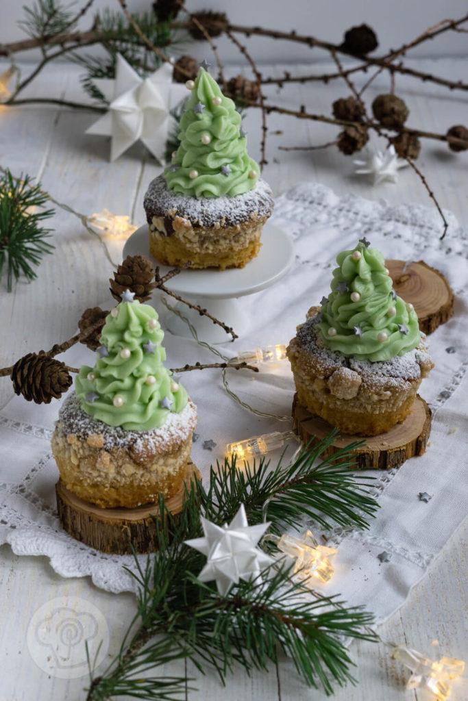 Süße Dekoidee für die glutenfreien Kuchen: Mit diesem Frosting werden es Tannenbaum Cupcakes.