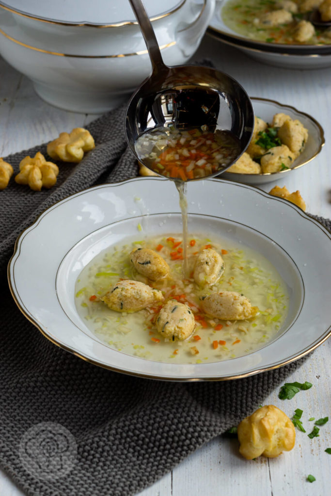 Gemüsesuppe mit Grießklößchen und Schwimmerle im Suppenteller