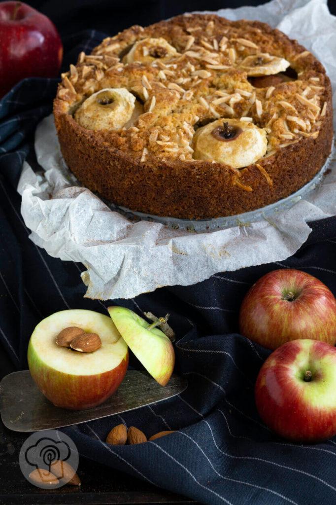 Bratapfelkuchen mit Äpfeln und Mandeln dekoriert