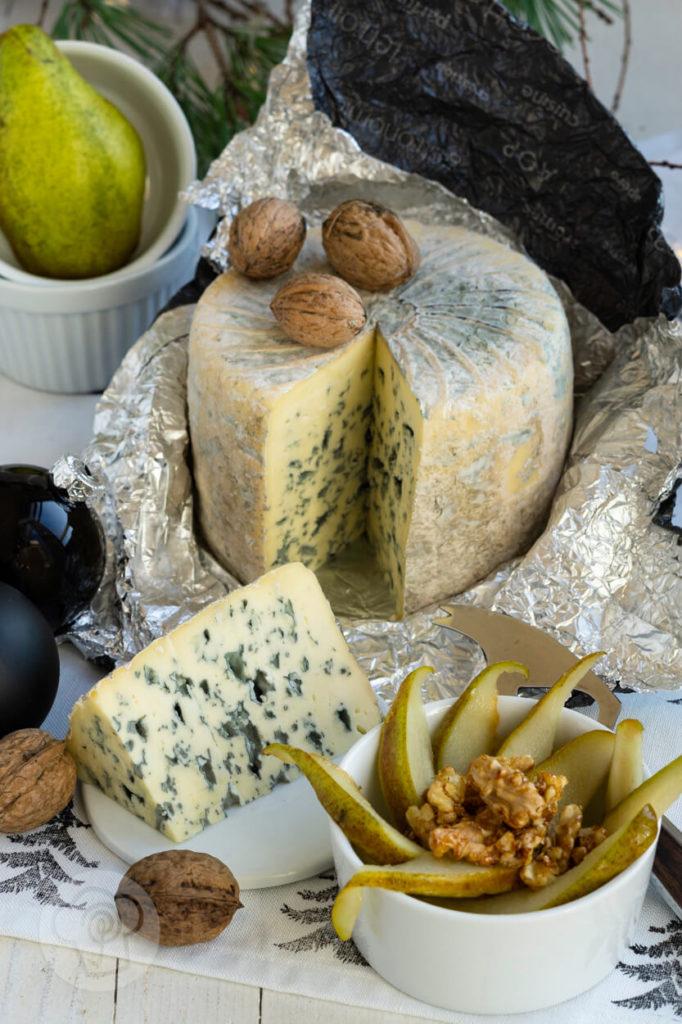 Fourme d'Ambert ausgepackt mit Birnen und Walnüssen