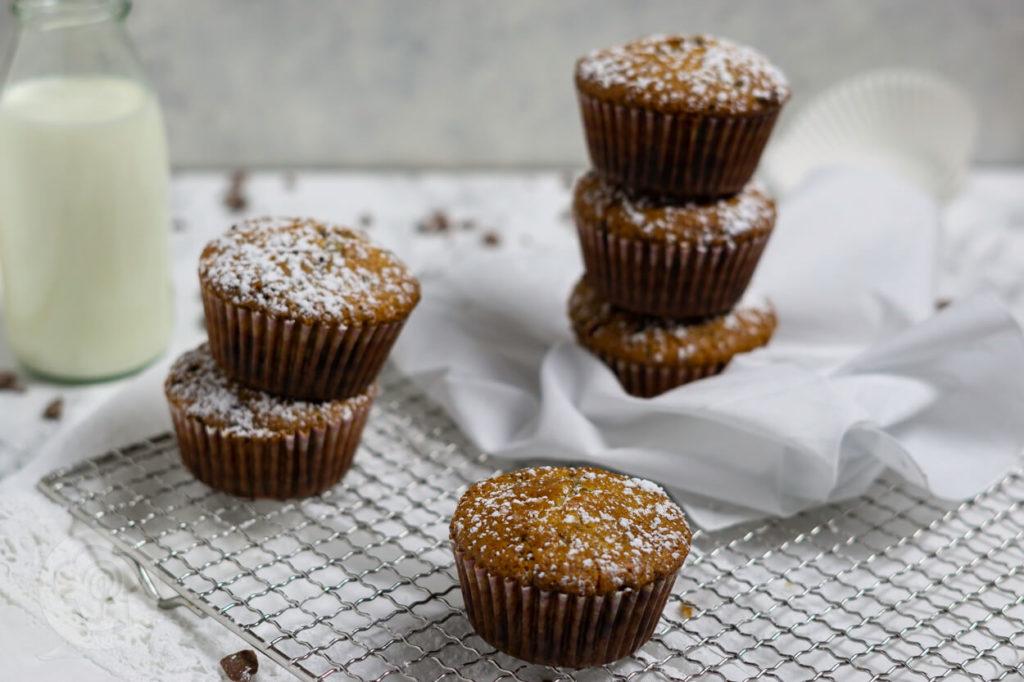 Rezept zum Backen: Saftige Muffins mit Schokostückchen. Die Muffins gehen super schnell und sind saftig und fluffig zugleich. Backen wir doch einfach gemeinsam den Frust von der Seele. Küchentraum & Purzelbaum