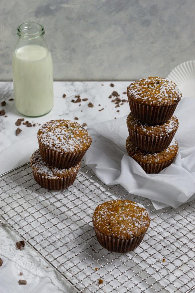 Muffins mit Schokostückchen gestapelt mit Milchflasche