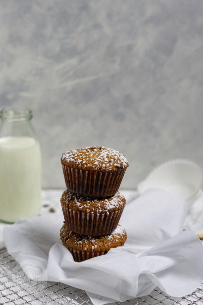 Muffins mit Schokostückchen, 3 Stück gestapelt