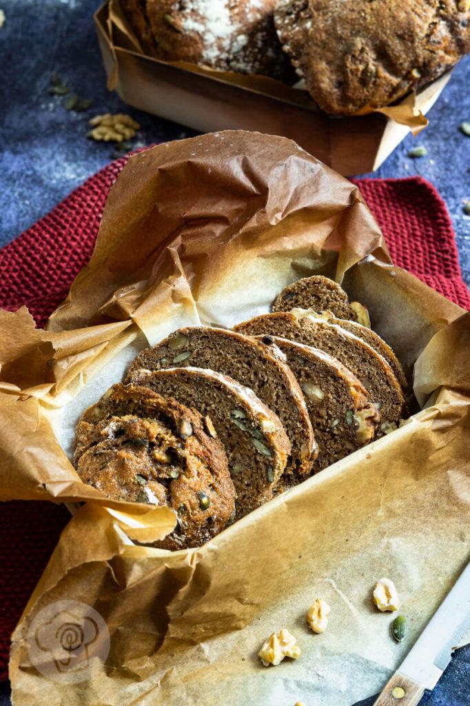 Brot backen: Rezept für ein saftiges Dinkelvollkornbrot mit Karotten und Walnüssen. So einfach kann Brot backen sein. Küchentraum & Purzelbaum