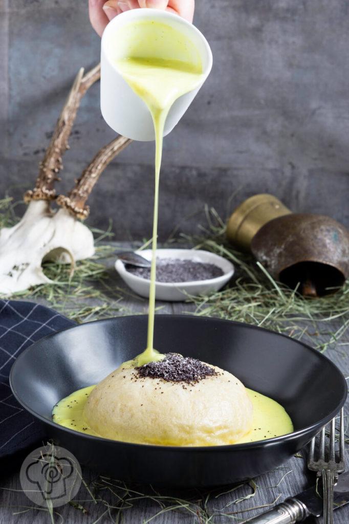 Hüttenfeeling für zu Hause: selbstgemachter Germknödel mit Vanillesauce ohne Ei. Schaut euch schnell den Tipp an, wie diese Dampfnudeln nicht mehr zusammenfallen. Küchentraum & Purzelbaum