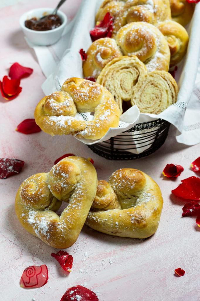 Softe Hefeteig Herzen gefüllt mit Zimt und Zucker. Ein tolles Geschenk zu Valentinstag oder Muttertag. Einfach ausprobieren und genießen. Küchentraum & Purzelbaum