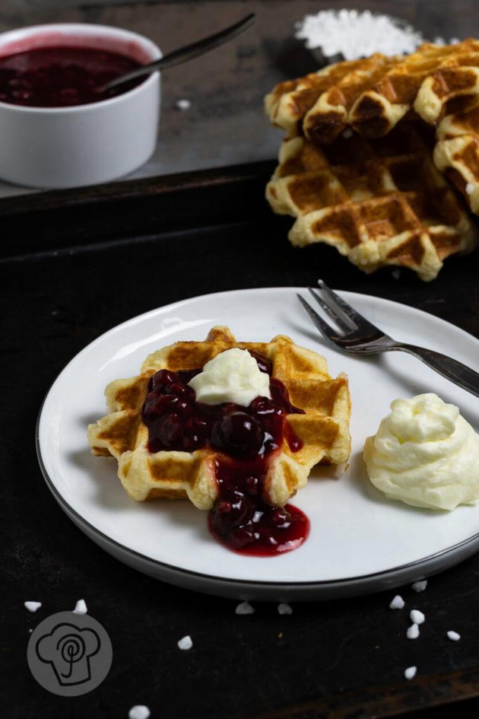 Heute habe ich für euch Lütticher Waffeln - Liege Waffles. Das sind belgische Hefe-Waffeln mit Hagelzucker. Diese Waffeln aus Hefeteig müsst ihr probiert haben. Dazu passt rote Grütze und Sahne. Küchentraum & Purzelbaum