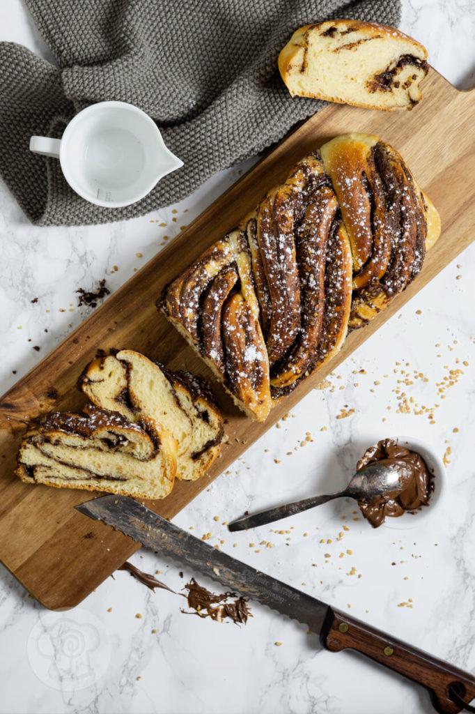Super leckere Nutella Babka. Die zwei ineinander verschlungenen Hefezöpfe sind ein absoluter Hingucker. Das müsst ihr unbedingt ausprobieren. Küchentraum & Purzelbaum