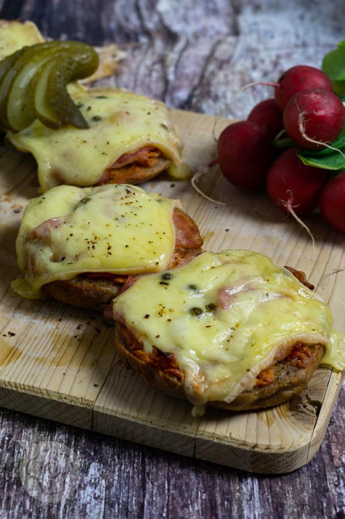 Leckere und schnelle überbackene Brötchen mit Bacon und Käse. Diese überbackenen Vinschgauer sorgen für Abwechlsung bei Brotzeit, Vesper oder Jause. Küchentraum & Purzelbaum