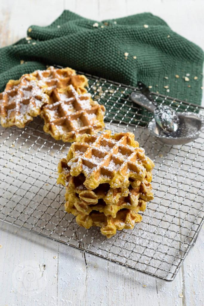 Gesunde Waffeln mit Äpfeln, Nüssen und Haferflocken. Diese leckeren Apfelwaffeln ohne Zucker sind ganz einfach und schnell gemacht. Ideal auch für Babys und Kleinkinder. Küchentraum & Purzelbaum