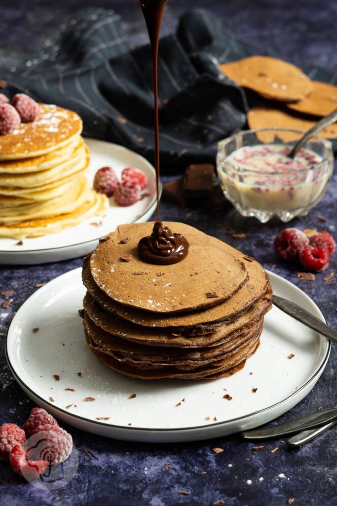Leckere und einfache Pancakes, wahlweise als Schokopancakes mit Schokosoße. Probiert das Rezept für die Pancakes mit Joghurt einfach mal aus und lasst euch begeistern. Küchentraum & Purzelbaum
