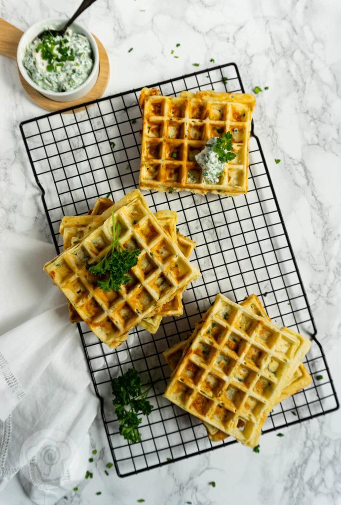 Rezept für herzhafte Käsewafffeln. Egal ob zum Abendessen, Mittagessen oder Brunch. Diese pikanten Waffeln mit Käse und Kräutern schmecken immer. Dazu passen Kräuterquark, Salat oder ein Dip. Küchentraum & Purzelbaum