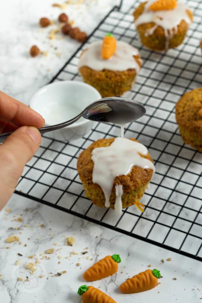 Diese saftigen Karottenmuffins oder Rüblimuffins mit Nüssen schmecken nicht nur an Ostern super. Sie sind super schnell gemacht und unheimlich lecker. Küchentraum & Purzelbaum