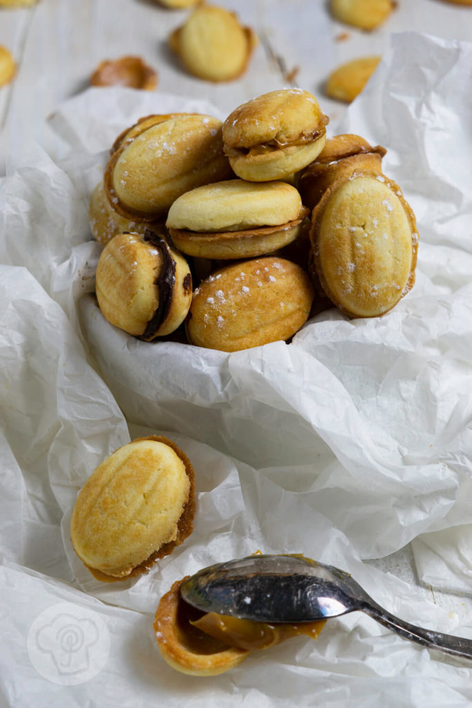 Kennt ihr Oreschki? Das sind russische Zaubernüsse, gefüllt mit einer leckeren Karamellcreme/Dulce de leche. Ich habe für euch ein original russisches Rezept. Küchentraum & Purzelbaum