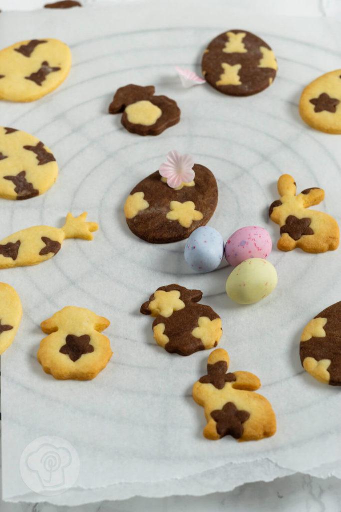 Rezept zum Backen: Osterkekse zweifarbig. Leckere marmorierte Osterkekse mit schwarzem und weißen Teig. Probiert die leckeren schwarz-weiß Kekse doch einfach mal aus. Küchentraum & Purzelbaum