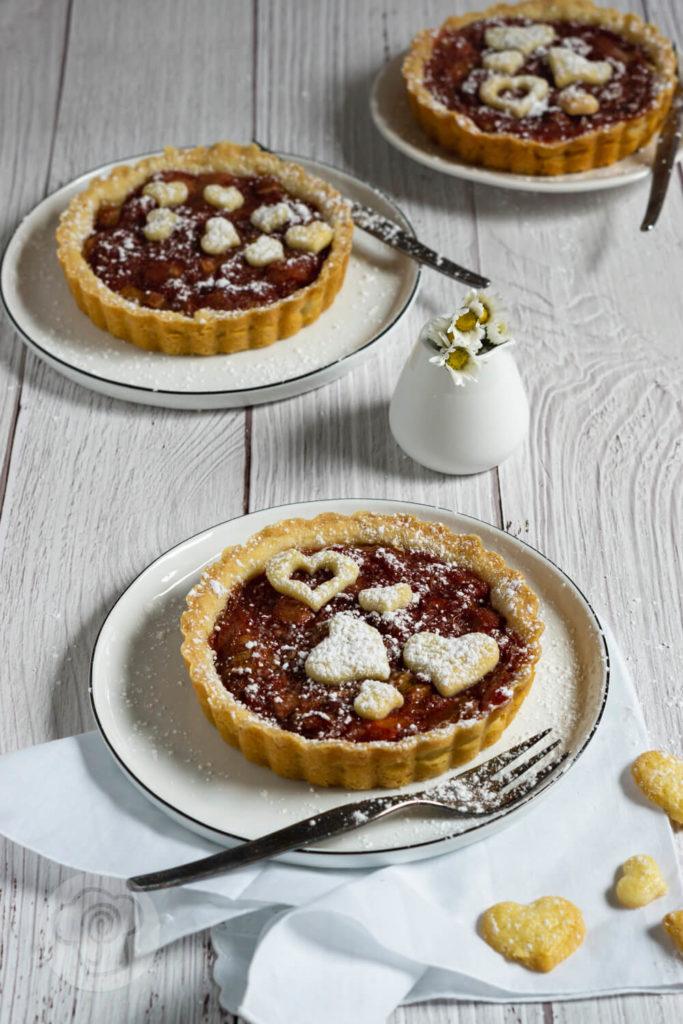 Rezept zum Backen. Starten mit wir die Rhabarbersaison mit dieser leckeren Tarte aus knusprigem Mürbteig und herbem Rhabarber. Die perfekte Kombination aus süß und sauer. Passt auch super zu Muttertag. Küchentraum & Purzelbaum