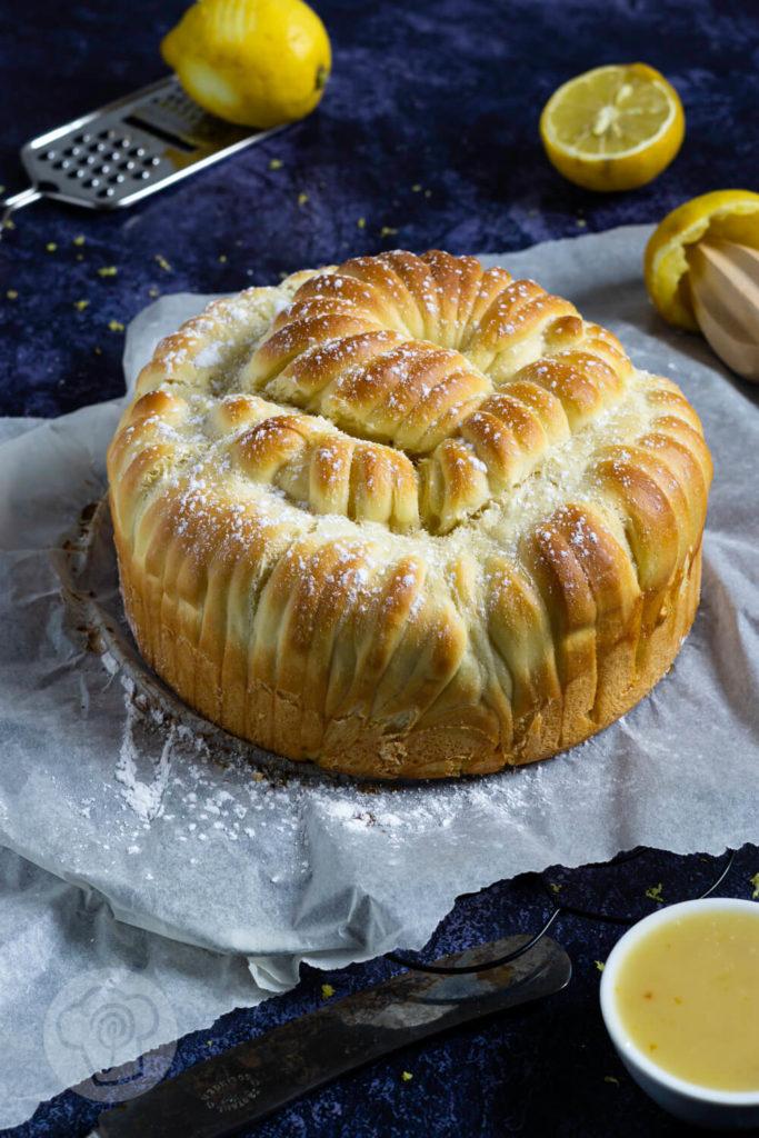 Rezept zum Backen: Hefezopf mal in einer anderen Form, nämlich als Wollknäuel Brot bzw. Woolroll bread. Gefüllt mit einem leckeren Lemon Curd ohne Ei. Diesen Foodtrend solltet ihr mal probieren! Küchentraum & Purzelbaum