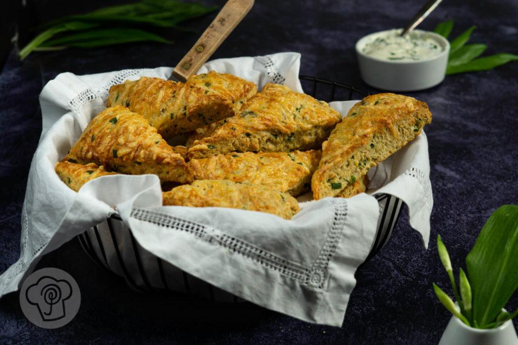Rezept zum Backen. Dieses Bärlauch Rezept müsst ihr unbedingt ausprobieren. Die herzhaften Scones mit Bärlauch und Bergkäse sind super fürs Abendessen, zum Grillen oder für ein Picknick. Dazu passt Salat und Kräuterquark. Küchentraum & Purzelbaum