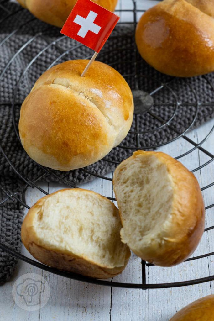 Rezept zum Backen. Diese klassischen schweizer Butterweggli müsst ihr unbedingt ausprobieren. Der Hefeteig ist schön fluffig und die Weggli erinnern an unsere deutschen Milchbrötchen. Küchentraum & Purzelbaum