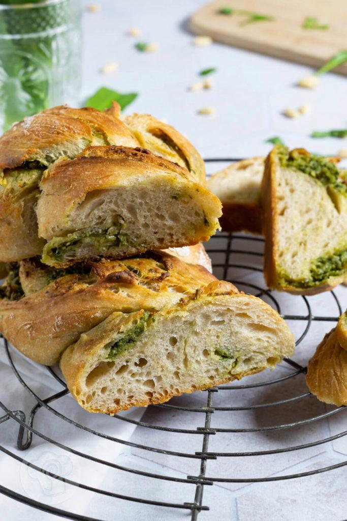 Rezept zum Backen. Herzhafter Bärlauch Brioche-Hefezopf mit veganem Bärlauchpesto. Das Brot auf leckerem Hefeteig schmeckt nicht nur zum Grillen toll. Küchentraum & Purzelbaum